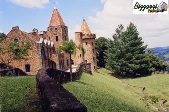Vista dos muros de pedra moledo, do castelo de pedra e da torre de pedra com a execução do paisagismo.