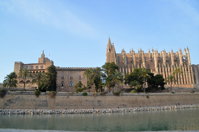 Palau de l'Almudaina ao lado da Catedral de Mallorca.