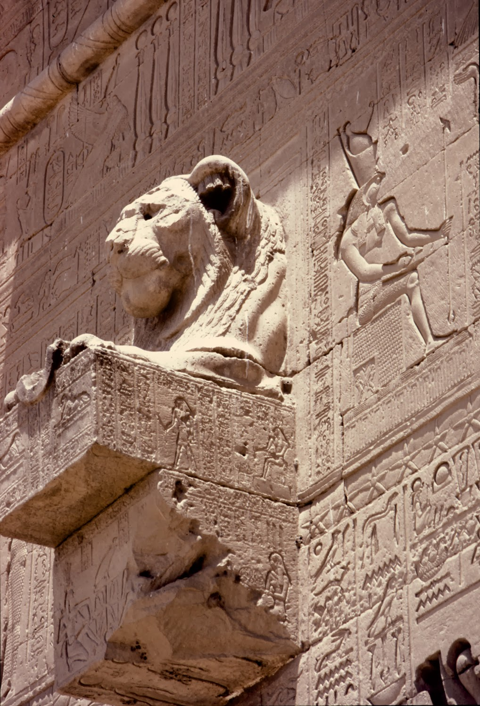 Detalle relieves exteriores templo de Dendera