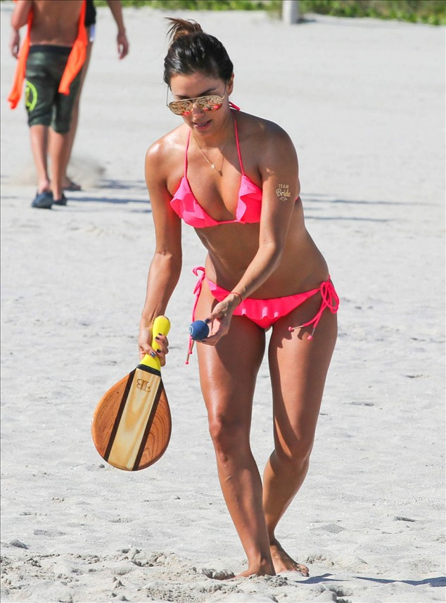 Eva Longoria played beach badminton with friends