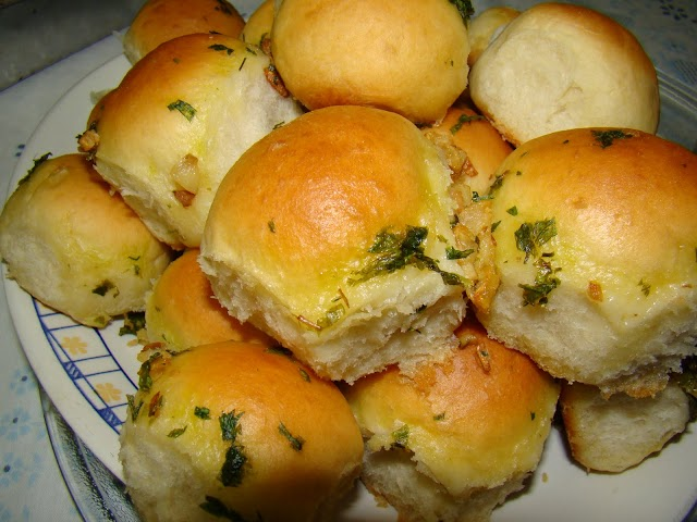 Aprenda a fazer um saboroso pãozinho de cebola com cobertura de alho