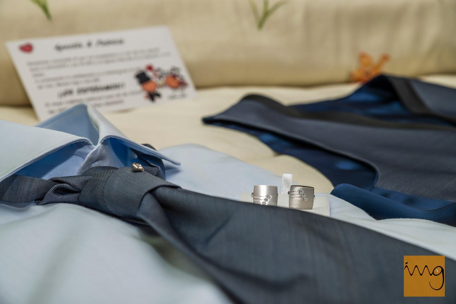 Foto de detalle de la corbata y los gemelos del novio