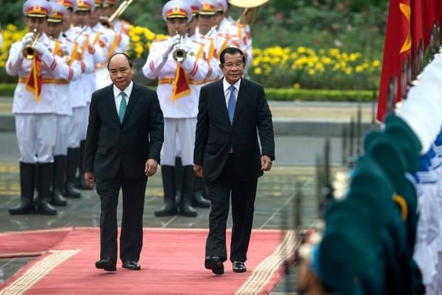 Thủ tướng Campuchia Hun Sen (phải) duyệt đội danh dự với Thủ tướng Việt Nam Nguyễn Xuân Phúc