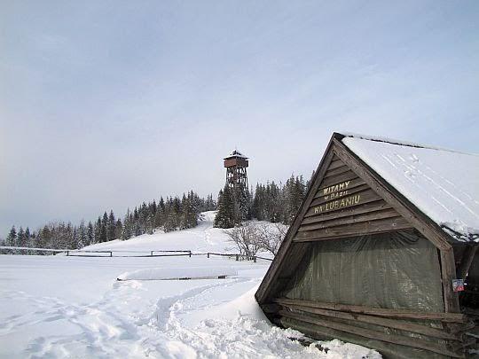 Spojrzenie z bazy na szczyt z wieżą widokową.