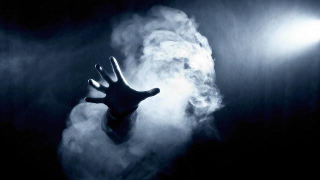 Imagen de una mano surgiendo, espeluznante, de una formación fantasmal.