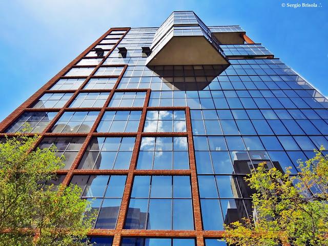 Perspectiva inferior da fachada do Edifício Gold Center - Cidade Monções - São Paulo