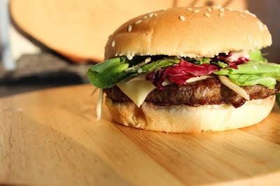 Delicioso Hambúrguer com queijo e alface