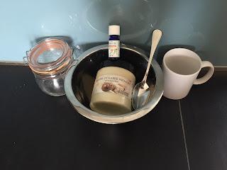 Ustensiles et ingrédients pour le soin du corps et visage à la lavande : beurre de karité, huile essentielle