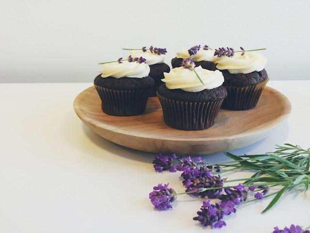 @juliemakes - hejmagi.blogspot.com - chokoladecupcakes med vaniljefrosting