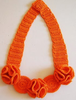 http://chabepatterns.com/free-patterns-patrones-gratis/jewelry-joyeria/crochet-flower-necklace-collar-de-flores-a-crochet/