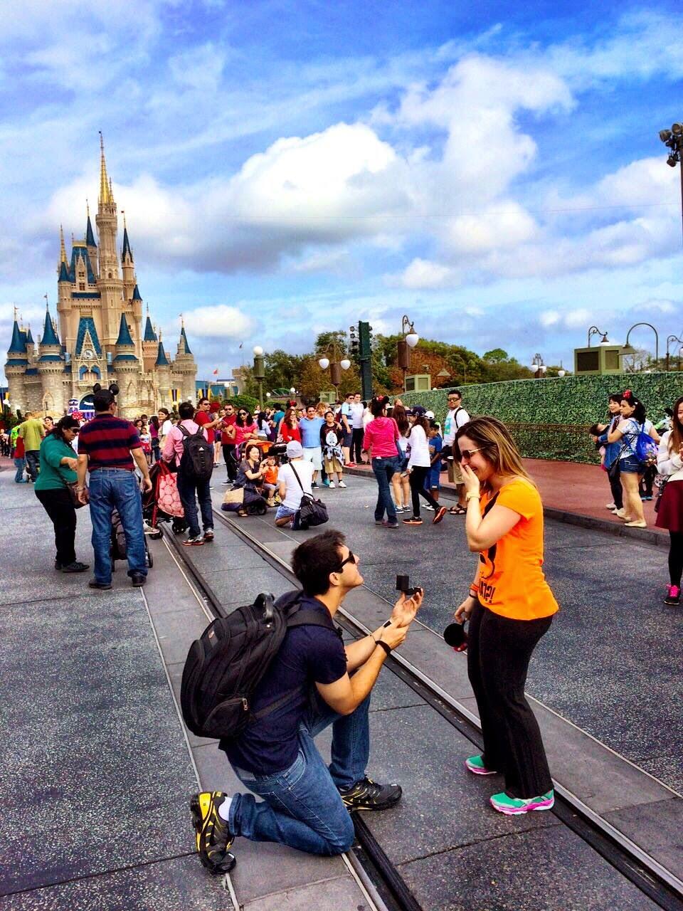 4c49333ad582 O que não falta na Disney são pedidos de casamento. A cena clássica  acontece em frente ao castelo da Cinderela, o ícone mais famoso do parque  Magic Kingdom.