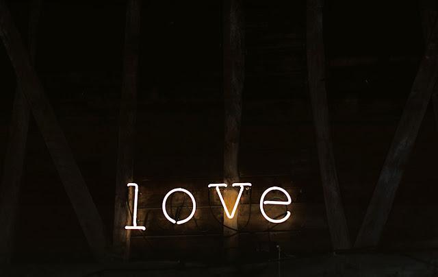 αγάπη σε φωτεινή ταμπέλα
