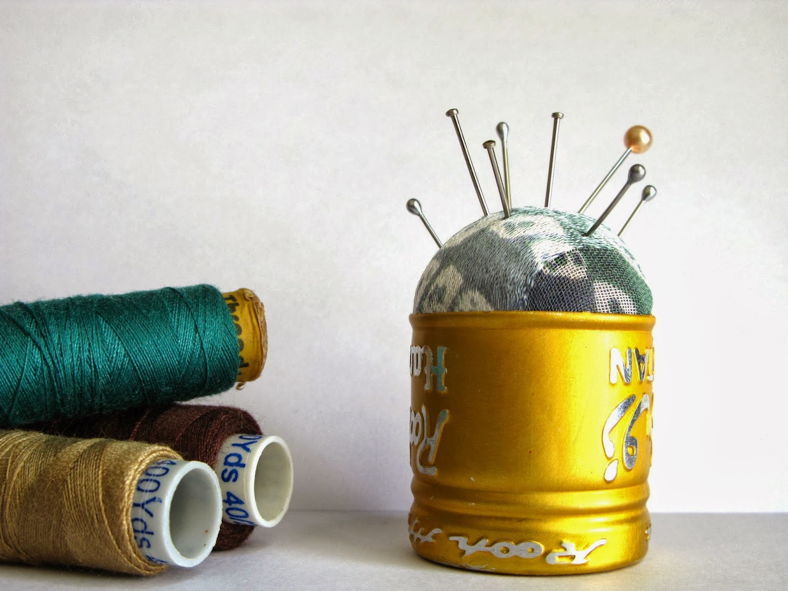 http://alternatecreations.blogspot.ae/2014/02/no-sew-bottle-cap-pin-cushion.html