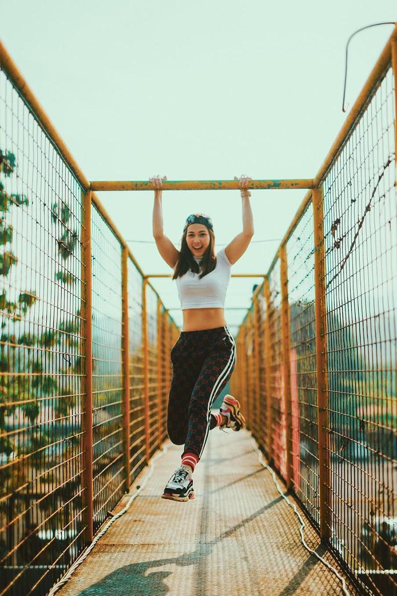 Andrea Dian crop T-Shirt Seksi artis FTV manis di jembatan
