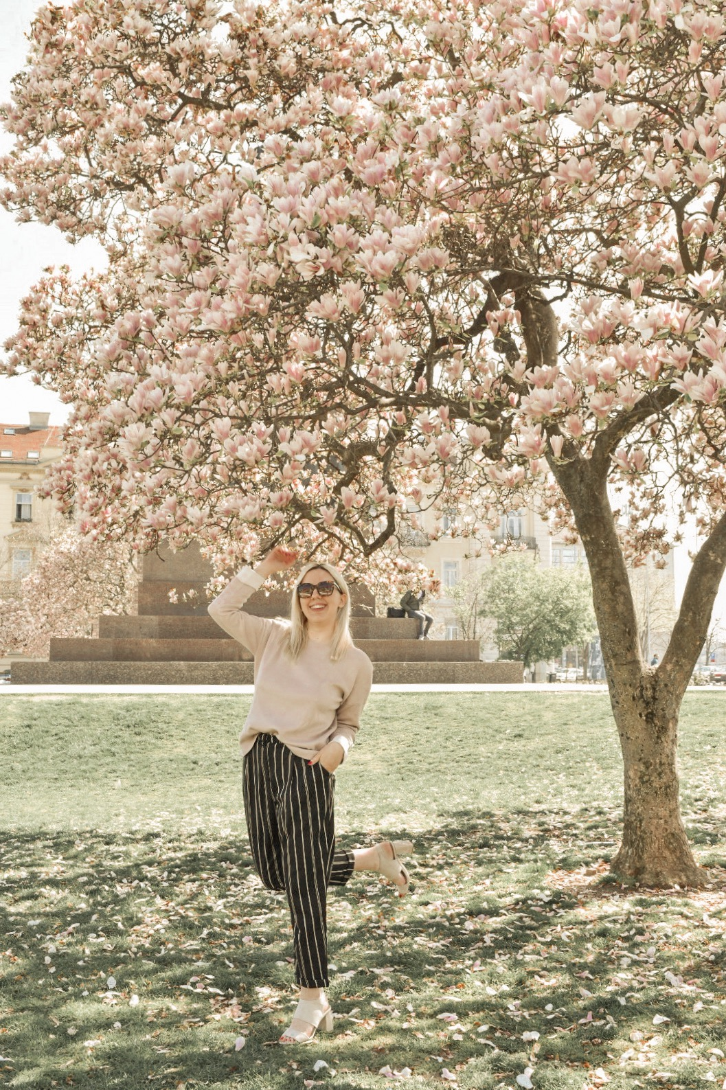 Casual cool H&M outfit under a magnolia tree