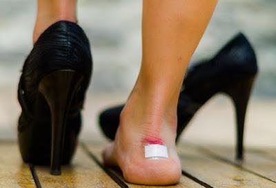 Đi giày cao gót thường xuyên có thể bị liệt vì gây chèn ép dây thần kinh