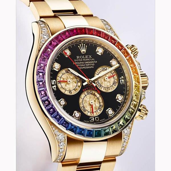 Mặt đồng hồ được làm bằng đá sapphire siêu cứng
