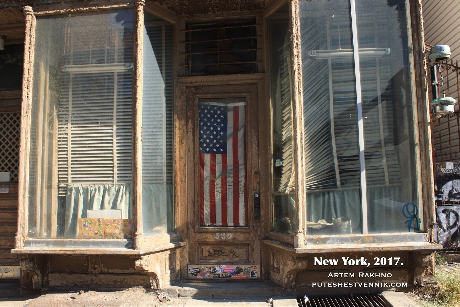Старинный дом с американским флагом в Нью-Йорке
