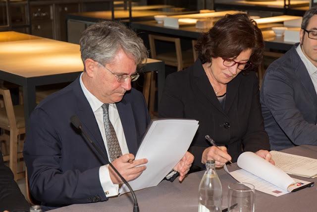 Firma del acuerdo para la publicación del libro sobre Juan Luis Goenaga