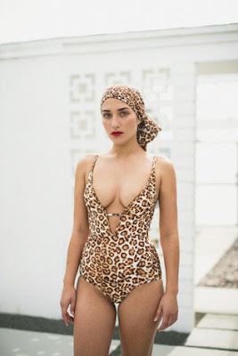 Девушка в купальнике с леопардовым принтом