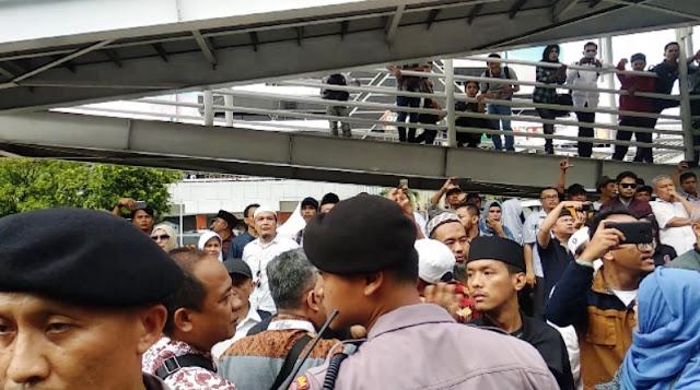 Setelah Usai Bentrok, Massa Aksi Dibawa ke Polda & Sisir Kawasan Sarinah