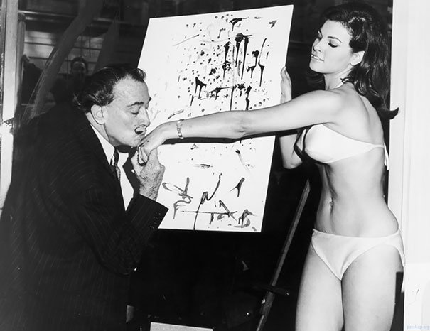 Salvador Dali y el famoso retrato de Raquel Welch, foto tomada en el año 1965. Fotos insólitas que se han tomado. Fotos curiosas.