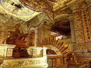 Salón de la tumba del emperador Khai Dinh, todo en oro, nueve metros sobre su feretro