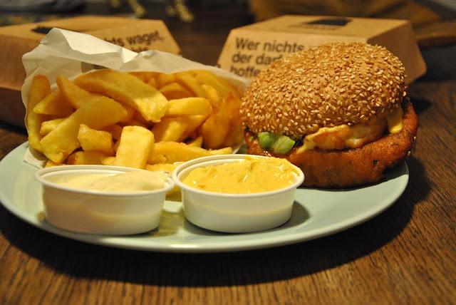 Pommes und Süßkartoffel Burger mit extra Halloumi von Schiller Burger
