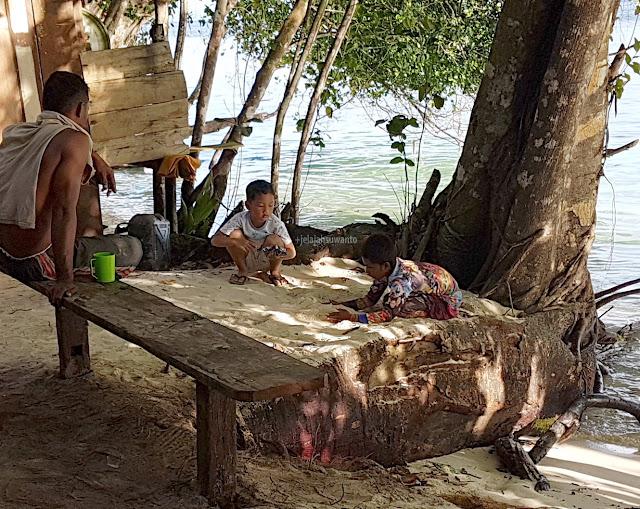 Bermain Pasir di Talaip Homestay, Raja Ampat +jelajahkeluargasuwanto