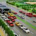 China apresenta ônibus elevado que passa por cima dos carros, veja o vídeo