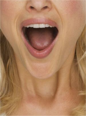 visage de femme avec la bouche ouverte