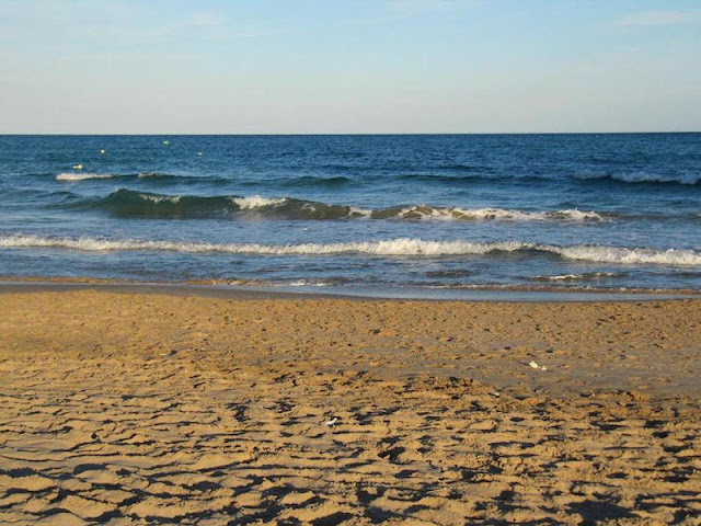 El mar frente al que vamos a comer (foto Playa de San Juan, origen Internet).