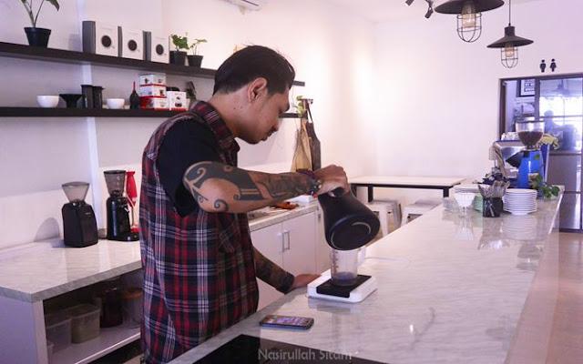 Salah satu barista di Aegis Coffee