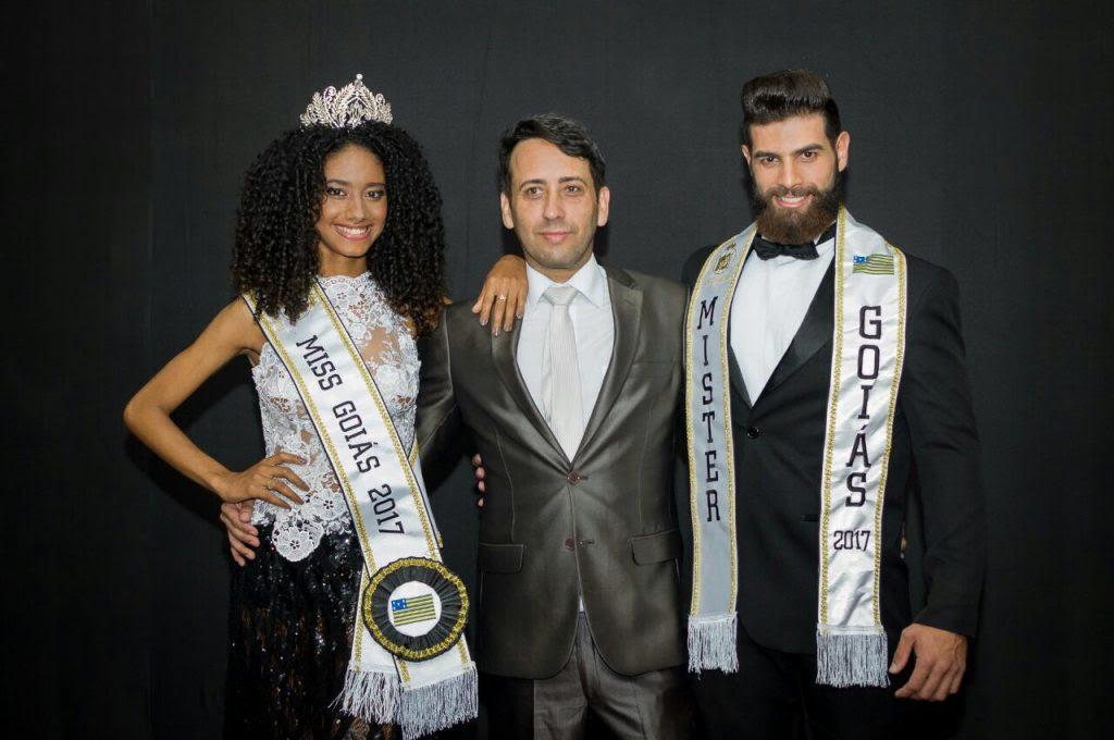 Fernando Ferreira, coordenador do Miss e Mister Goiás, acompanhado dos vencedores. Foto: André Luz