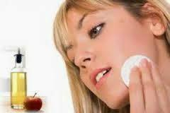Resultado de imagen de Remoja un algodón en vinagre de manzana