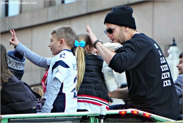 Tom Brady y sus Hijos en el Desfile de los Patriots por la Celebración de la Super Bowl LIII