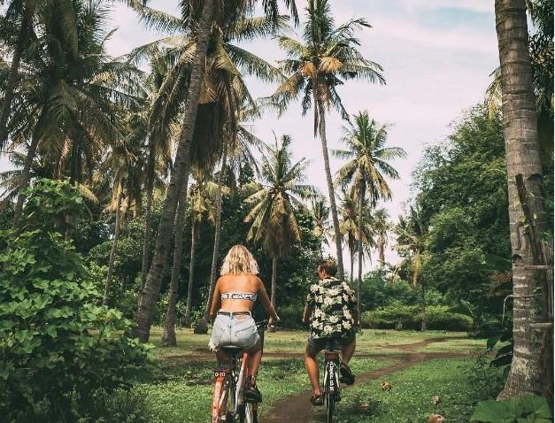 Wisatawan Bersepeda Keliling Gili Trawangan