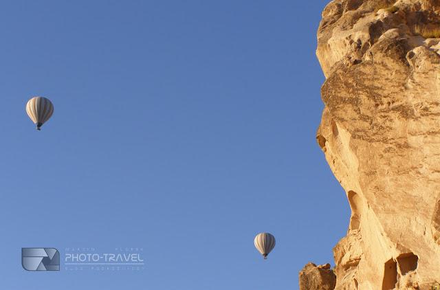 Co zobzczyć w Kapadocji? Uçhisar z imponującą fortecą - atrakcje turystyczne, bajkowe kominy, podziemne masta. Ile kosztuje lot balonem nad Kapadocją