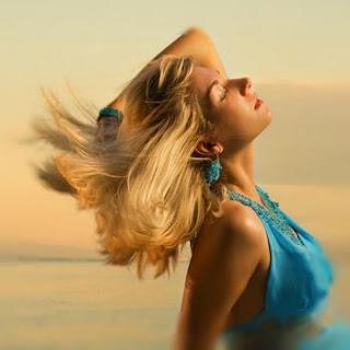 Здоровые волосы прекрасны на ветру