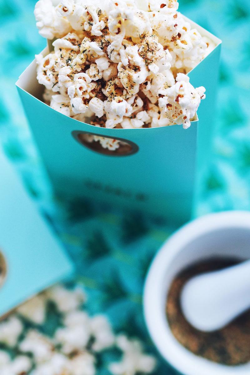 Serowy popcorn z dodatkiem płatków drożdżowych.