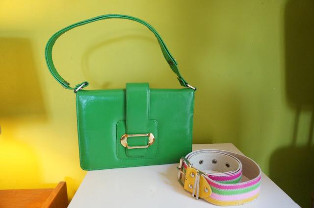 un sac vert pomme des années 70 , une ceinture années 80 voir pire  70s bright green handbag , 80s striped belt vintage