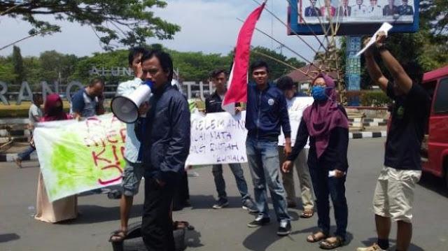 Gelar Aksi, Mahasiswa Lebak Kritik Pemerintahan Jokowi Hanya Mengandalkan Utang