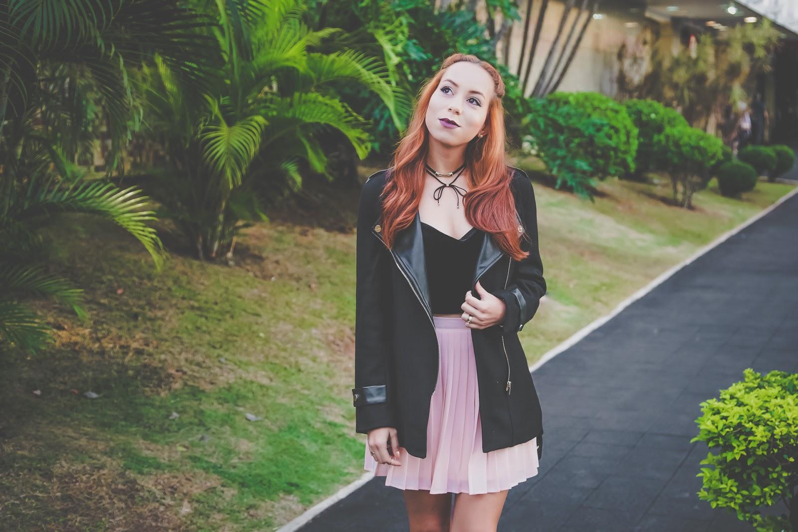 Look: saia plissada com cropped e casaco