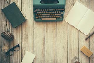 Mesa de escritor antes de escrever as primeiras palavras