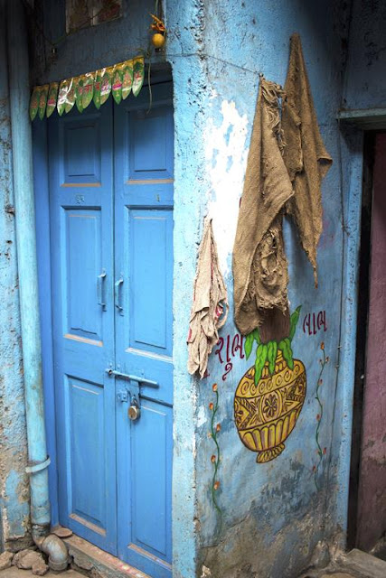 closed doors, wall art, kumbharwada, dharavi, mumbai, india, street art, street photography, street photo,