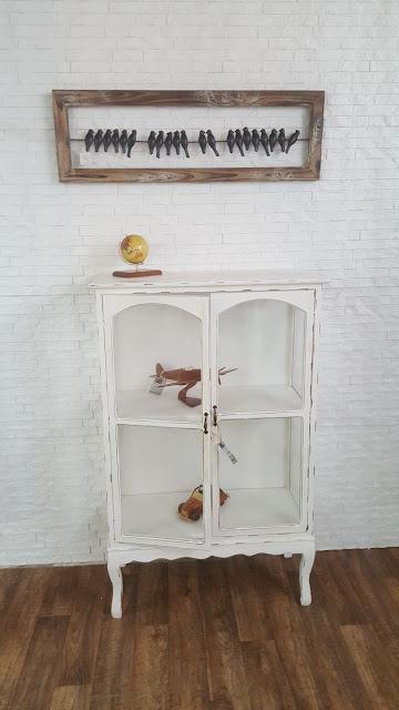 הגלריה המקסיקנית המקום לעיצוב הבית - כוננית עם דלתות זכוכית