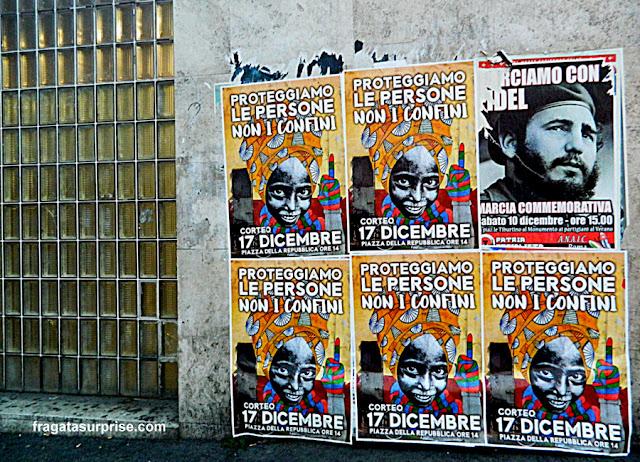 Cartazes na Estação Piramide do Metrô, em Roma