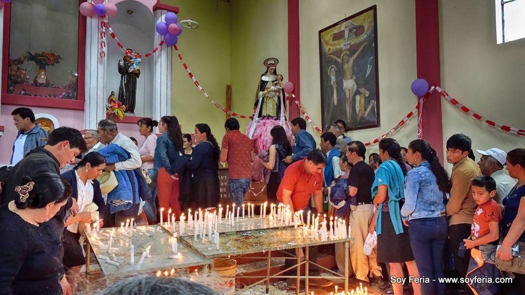 Feligreses prendiendo velas a la imagen de Santa Rosa de Lima