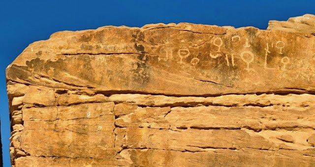 Extraños grabados en la roca