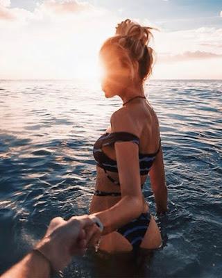 pose en pareja en el mar tomándose las manos